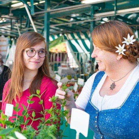 Margot und Lisa auf dem Grünen Markt in Miesbach, © Kulturamt der Stadt Miesbach