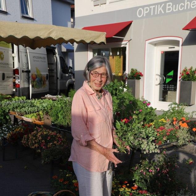 Candida Schlichting am Verkaufsstand vor Optik Bucher am Grünen Markt, © Kulturamt der Stadt Miesbach
