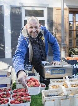 Michael Anzinger an seinem Marktstand auf dem Grünen Markt in Miesbach, © Florian Bachmeier