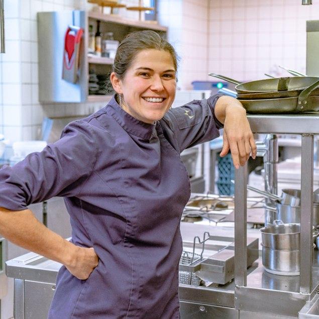 Margreth Nirschl steht in der Culinaria Küche, © Max Kalup